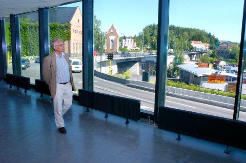 MYLDREOMRÅDE: Ole Krokstad i området der publikum kan kose seg etter kulturelle begivenheter. Byens beste beliggenhet og utsikt, mener han.