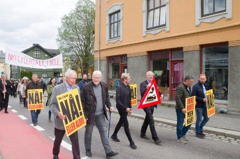 VEI OG BANE: Tidligere ordfører Kolbjørn Kværum var blant dem som gikk i årets 1. mai-tog for å presse på for å få anleggsstart på Ringeriksbanen.