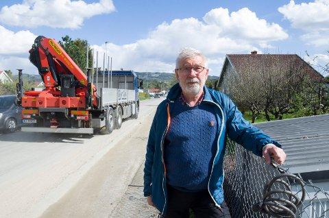 TRAFIKK: Det er mye anleggstrafikk på Hovsmarksveien for tiden. Lokalpolitiker Alf Meier (Ap) lover at politikerne skal rydde opp og sørge for sikker skolevei for elevene når Ullerål skole er ferdig utbygd høsten 2020.