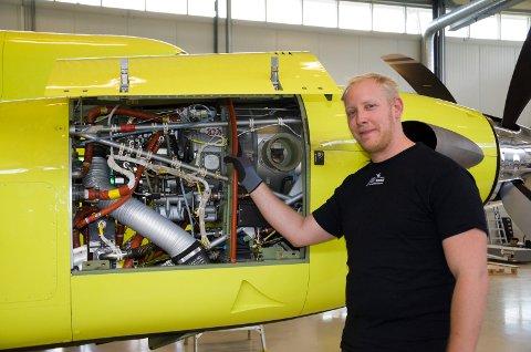 TEKNIKER: Robert Kammerud har alltid likt å skru på fly. Nå er han en av dem som skal få ambulanseflyene operative.