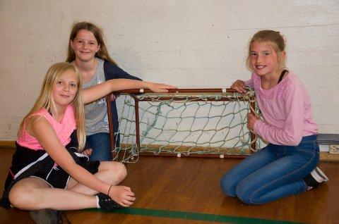 SMÅ MÅL: Dette er håndballmålene elevene på Vang skole bruker i dag. Eira Gabrielle Velde Spauke (10), Hedda Vahlsbråten (11) og Helena Kristine Rambech Gundersby (10) synes det er vanskelig å score på de små målene. De vil gjerne ha en ny hall.