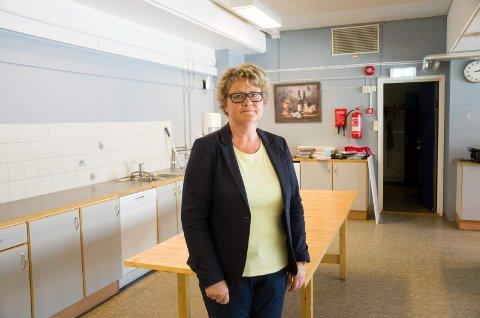 BEDRE RUTINER: Rektor Kjersti Søberg ved Haugsbygd ungdomsskole, forsikrer at rutinene er blitt bedre, og at skolen skal bli flinkere til å dokumentere det de gjør på skolekjøkkenet.