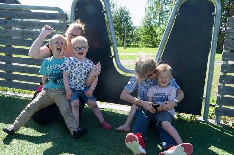 JUBEL: Emil (5) og Olaf (4) jubler på Bente Hurums fang. Emrik (4) er også veldig fornøyd på rektor Ingunn Børresens fang.