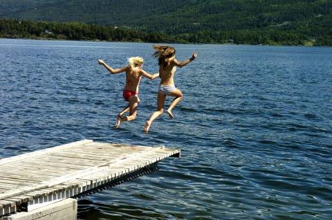 SOMMER: Det er nok fortsatt litt kaldt å bade i de lokale innsjøene - men været begynner tidvis å ligne mer på sommer.