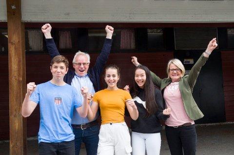 GLADE: Sander Mala (15), lærer Geir Forbord, Anna Caridad Bakke (14), Jenny Xige Markussen (14) og rektor Tone Sandvik jubler for at Hov ungdomsskole skal bli ny. Dagens bygg rives og det blir nybygg.