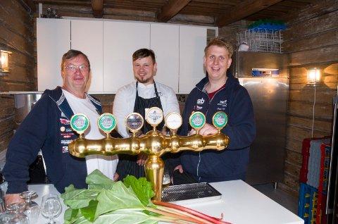 KLARE FOR SALG: Geir Haglund (til venstre) brygger det nye rabarabraølet Brasserie Fengselet skal selge. Dainis Sudniks og Odd Ivar Haglund gleder seg til å kunne tilby det til gjestene.