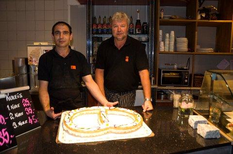 TIL SALGS: Jacek Kowalski, konditormester og Jon Gulbrandsen, daglig leder hos Kirkens Bymisjon med Ringerikskringla som nå er til salgs igjen hos Kirkens Bymisjons kafe på Søndre torg.