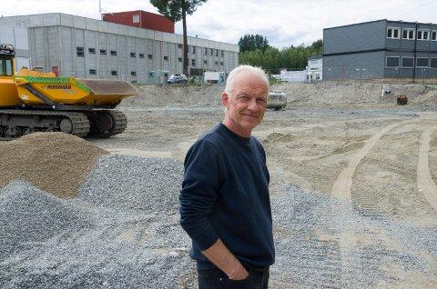 BYGGING: Her skal det bygges en ny hall. Henrik Lund Pedersen håper den står klar til jul. I bakgrunnen er brakkene der Ullerål skole skal holde til i et skoleår til.