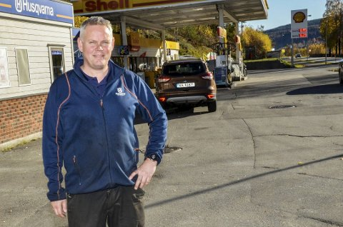 PÅ RETT VEI: Fra oktober 2018 var Arnfinn Stake alene om å kunne servere kryllingene pølse til bensinen. Det var nok til allerede i fjor å gå med overskudd.