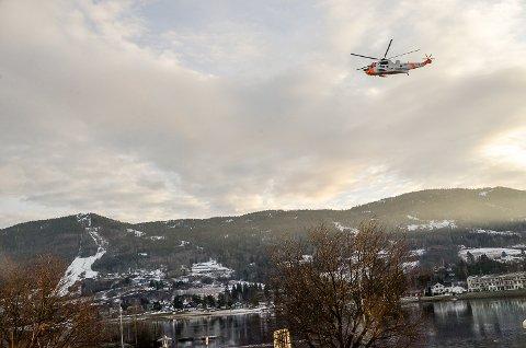LETEAKSJON: Et Sea King helikopter er mandag satt inn i søket etter en savnet person i Modum.