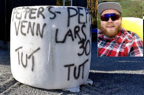 FIKK PEPPER: Iallfall symbolsk. Lars Kristian Framstad fikk rundballepepperbøsse levert hjem på 30-årsdagen mandag 12. oktober.
