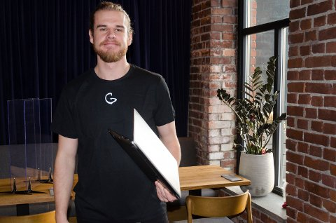 MYE Å GJØRE: Timmy Larsen har med seg den bærbare PC-en overalt. Det er alltid en epost som skal leses.