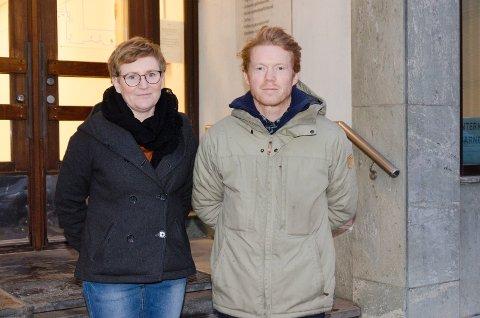 SKEPTISKE: Anne Gro Gravermoen og Carl Fredrik Østenrød, hovedtillitsvalgte i Utdanningsforbundet, er fornøyde med at kuttene i oppvekst ikke blir like store som opprinnelig foreslått, men er fortsatt bekymret for konsekvensene.