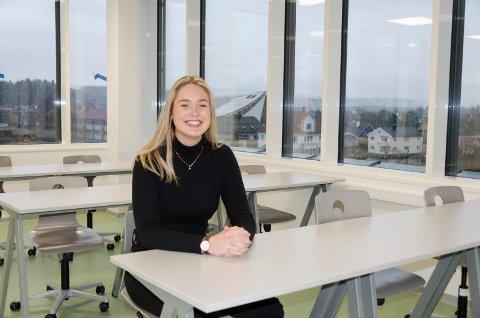 FORNØYD: Thea Grinna Fodnæss (18) synes hun får Ringeries flotteste klasserom i 4. etasje og med utsikt over hele Hønefoss. - Her kan det bli lett å drømme seg litt bort, sier hun.