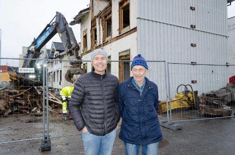 SPENNENDE: Sindre og Helge Lafton synes det er fascinerende å følge rivingen av Sundgata 10 B. Bygget har vært i famiiliens eie siden 1978. Også de to nabobyggende skal rives og erstattes av et nytt leilighetsbygg.