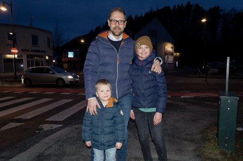 SKOLE: Simen Strøm er bekymret for at yngstegutten Bastian (4) kan komme til å havne på Benterud skole mens eldstegutten Herman (9) skal på Ullerål skole.