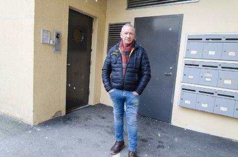 HJØRNET: I hjørnet ved inngangen og postkassene til leilighetene ved Bryggerigården boligsameie er deg mange utelivsgjester som gjør fra seg. Ole Jan Kristiansen vasker bort tiss og spy nesten hver søndag.