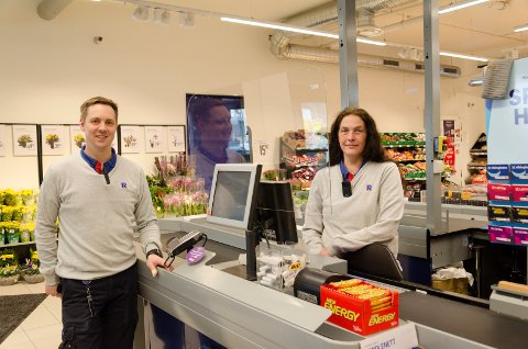 FORNØYDE: Kjøpmann Peter Nordahl og ansatt Anne Birgitte Thengs foran og bak pleksiglasset er glade for at det nå er på plass.