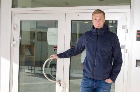 STENGTE DØRER: Lokalpolitiker Stian Bakken (Sp) frykter at Ringerike tingrett vil bli svekket dersom de administrativt havner under Asker og Bærum tingrett.