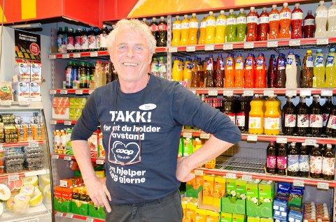 GLEDER SEG: Terje Olsen ønsker seg bedre plass i butikken Extra i Haugsbygd. Nå er han glad for at de har fått endelig ja til å bygge ut.