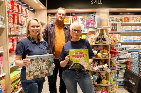 KLARE FOR KUNDER: Monica Bergsrud, Marius Halvorsen, konseptsjef hos Norli-kjeden og Britt Janne Svensen gleder seg til å kunne ta imot kunder. Butikken er litt mindre enn det tidligere lokalet, men vareutvalget er likt.