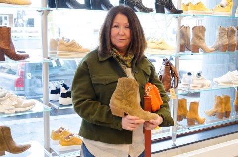 BOOTS: Marianne Hagen synes det er godt å komme seg ut blant folk og kunne kikke på sko og støvler igjen.