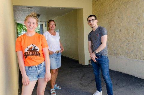 HÅP: Andrine Desirè Olavsen (17), ungdomskontakt Lena Hvinden Dahl og Adam Chechener (22) ser hvor mye Ungdomsplassen betyr for mange ungdommer og unge voksne. De håper tilbudet får bestå.