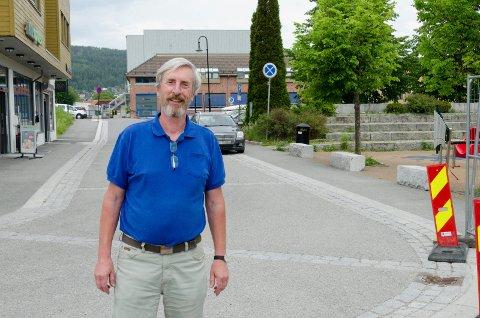 VIL HA ORDEN: Harald Antonsen (Sp) mener det er nødvendig å skjerpe Jevnaker-folkets holdning til parkering. Veldig mange parkerer bilen og blir stående for småærender i Glimstubben hvor det er skiltet med stopp-forbudt skilt.