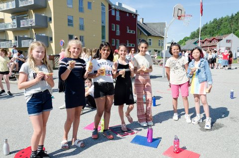 KOSTE SEG: Kaja (10), Hekla (11), Vanika (10), Yasmin (11), Helin (11), Roya (10) og Potti (10) fikk pølser og jus under avslutningen for Hønefoss skole.