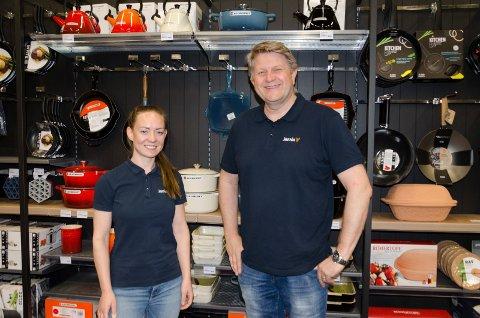 UTVALG: Nina Senneseth og Trond Gulestø foran noe av vareutvalget. Med større butikk blir det plass til mer varer.