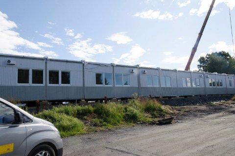 MODULBYGG: Nå er modulbygget utenfor Austjord ankommet. Men beboere flytter ikke inn før i høst.