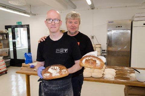 """PÅ PLASS: Neil Allsopp (foran) baker surdeigsbrød hver morgen i de tidligere Baker Narum-lokalene. Det er både han og Jon Gulbrandsen i Kirkens Bymisjon glade for. Gulbrandsen har nå fått sitt eget brød med Kirkens Bymisjon-logo på. Neil Allsopp selv har brød med """"Sour to the people-logo."""""""