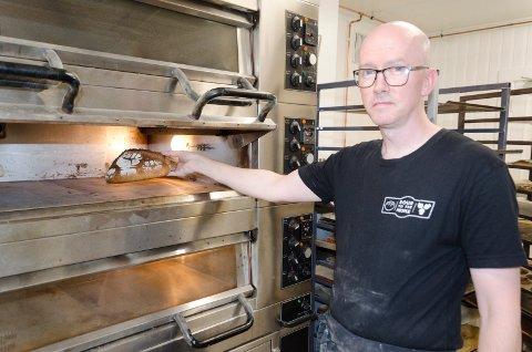 OVN: I lokalene til Kirkens Bymisjon har Neil Allsopp god tilgang til ovner å steke brødene i.
