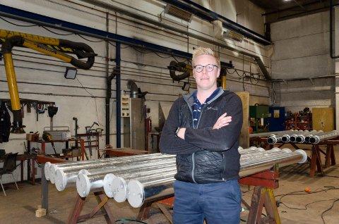 BETENKT: Trond R. Næsset, daglig leder hos Næsset mekaniske verksted, er bekymret for hvilke konsekvenser en streik kan få. Fra fredag kan 23 av hans ansatte være tatt ut i streik. Da stopper i så fall produksjonen opp.
