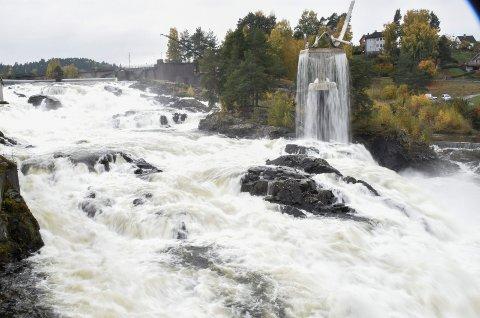 STOR VANNFØRING: Det er allerede mye vann i fossen, og mer kan det bli de neste dagene. Men fra 12. oktober av er det så slutt på frislippet for denne gangen.