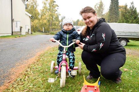 MÅ PASSE PÅ: Greta Spuciene (29)  må passe svært godt på sønnen Joris (1) når de er ute på gårdsplassen.