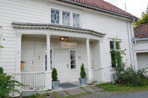 REGNBUEN: Velkommen står det på skiltet over døra til huset der Regnbuen holder til. Nå skal tilbudet flyttes.