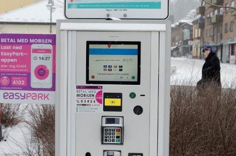 MÅ BETALE: – Vedtaket om gratisparkering i sentrum bør gjøres om, sier Helge Stiksrud (V),