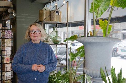 FLERE KUNDER: Kristina Hubert, daglig leder av Stua Fjeld blomster på Søndre torg, er glad for at de kan tilby to timers gratis parkering rett utenfor butikklokalene. - Det er noe kundene setter stor pris på, sier hun.