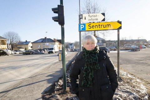 DÅRLIG LØSNING: Lise Bye Jøntvedt mener det er en svært dårlig løsning at syklistenes hovedvei gjennom sentrum skal gå på fortauet i Kongens gate. Hun tror det vil føre til at færre sykler. Hun er også bekymret for at det vil ta lang tid å få en løsning på plass.