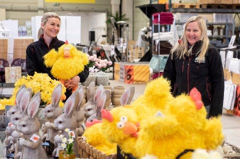 PÅSKE: Påsken er også innom butikken på Jevnaker. Butikksjef Wenche Sevaldhullet (til høyre) og Eva Halamová som har jobbet i butikken i tre år og trives godt.