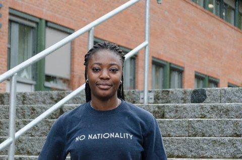 TUNG TID: Emily Mensah (22) er glad hun nå kan være tilbake på campus i Hønefoss. Men hun legger ikke skjul på at det å miste mye av det sosiale i studietiden har vært vanskelig.