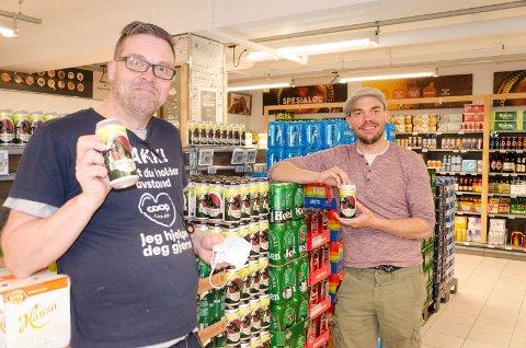 FORNØYDE: Ole Morten Olsen, assisterende butikksjef ved Coop Mega og Andreas Endrerud ved Humbrygg, synes det er flott at Industrigata Pilsner nå er klar for salg ved Coop Mega i Hønefoss og hos Humbryggs butikkutsalg.