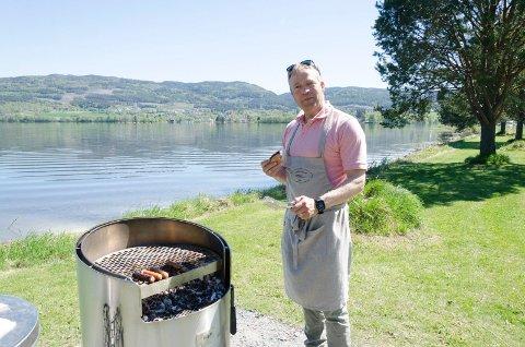 GRILLMESTER: Ordfører Morten Lafton sto for grillingen på den nye grillplassen på Nøklebytangen.