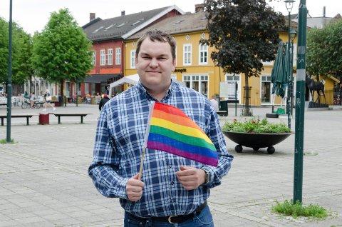 PRIDE: Jim Hagen Warp (32) håper det blir mulig å få et Pridearrangement i Hønefoss neste sommer. Søndre torg kan være et aktuelt sted å ha det.