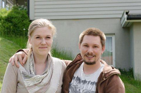 LETTET: Marit Helene Johannessen (30) og Lars Wilhelmsen Atonsen (34) er fornøyd med at de får flytte inn i 2. etasje i huset bak dem. Det er nabohusettil der de bor nå.