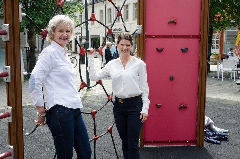 NYE APPARATER: Kristin Ranem Rønsdal og Linn Marie Hallum i RNF skal bytte ut leikeapparatene på Søndre Torv med nye, og de skal også tilpasses mindre barn.