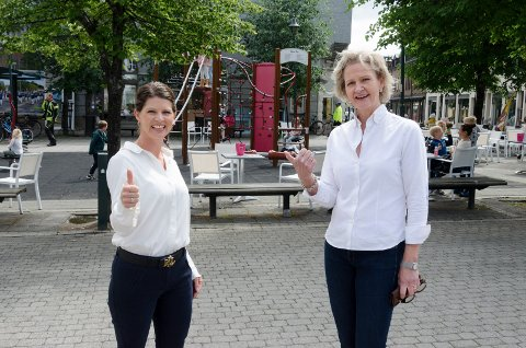 NY LEKEPLASS: Linn Marie Hallum og Kristin Ranem Rønsdal er glade for at lekeplassen på Søndre torg skal utvides og få nye lekeapparater.