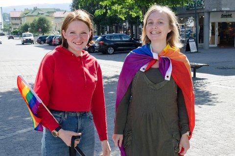 GLEDER SEG: Isabella Håkenstad (16) og Anne-Marthe Bergsland Larsen (29) er veldig fornøyde med at Hønefoss i sommer skal få sin første Pride.