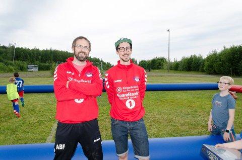 TRENERNE: Alexander Fornæss og Lars Strandbakken er strålende fornøyd med at de fikk støtte fra Kraftriket slik at de kunne kjøpe inn den nye banen til de yngste lagene til HSK. Det gjør det lettere å organisere kamper og treninger.